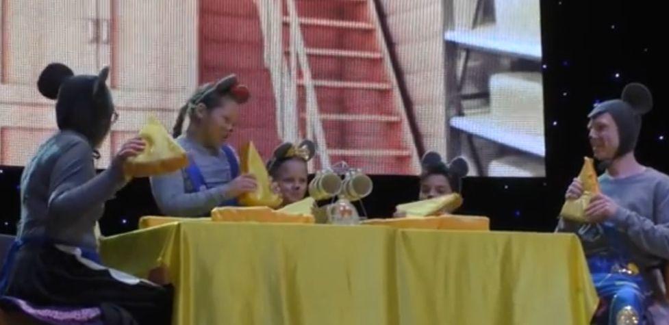 """В Бердянську показали благодійну виставу """"Всі миші люблять сир"""" Дюли Урбана"""