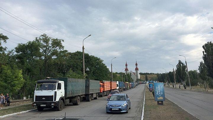 В Бердянске водители грузовиков обходят весовые комплексы