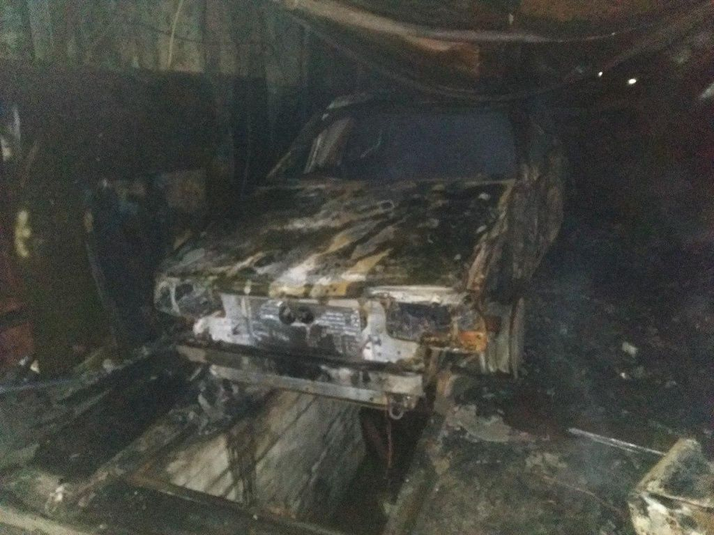 В Бердянську згорів гараж з автомобілем всередині
