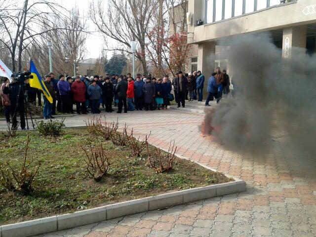 Митинг возле проходной АЗМОЛа - уже жгут шины (обновлено)