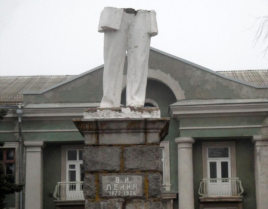 В Бердянске убрали еще одного Ленина - фото